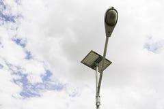 Μετα οδός λαμπτήρων κάτω από το υπόβαθρο ουρανού Στοκ φωτογραφία με δικαίωμα ελεύθερης χρήσης