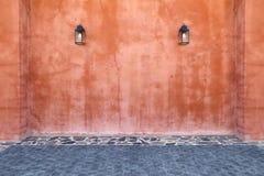 Μετα οδός λαμπτήρων φαναριών στο τουβλότοιχο και το ισόγειο Στοκ φωτογραφίες με δικαίωμα ελεύθερης χρήσης