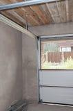 Μετα ράγα πορτών γκαράζ και εγκατάσταση ανοίξεων, εσωτερικό συνελεύσεων στοκ εικόνες
