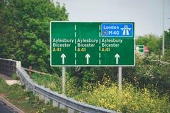 Μετα σημάδι οδηγών ταξιδιού σε Aylesbury Bicester στοκ φωτογραφία με δικαίωμα ελεύθερης χρήσης