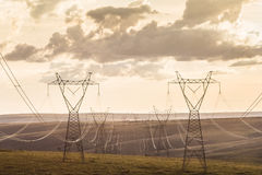 Μετα υψηλής τάσεως γραμμές μετάδοσης υψηλής τάσης στο ηλιοβασίλεμα Στοκ εικόνες με δικαίωμα ελεύθερης χρήσης