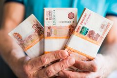 Μετονομασίες πέντε χιλιάες ρωσικών ρουβλιών Δέσμη των τραπεζογραμματίων που απομονώνονται στο αρσενικό χέρι 5000 ρούβλια μετρητά  στοκ εικόνα