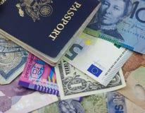 Μετρητά και διαβατήριο διαθέσιμα Στοκ Εικόνες