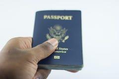 Μετρητά και διαβατήριο διαθέσιμα Στοκ φωτογραφίες με δικαίωμα ελεύθερης χρήσης