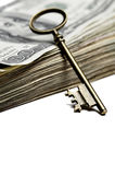 Μετρητά και κλειδί για τον πλούτο και τους πλούτους Στοκ εικόνες με δικαίωμα ελεύθερης χρήσης