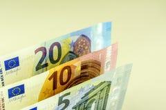 Μετρητά της Ευρωπαϊκής Ένωσης Τραπεζογραμμάτια σε 5, 10, 20 ευρώ σε ένα ελαφρύ κλίμα Στοκ Εικόνες