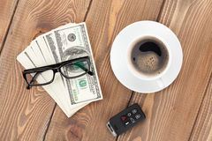 Μετρητά χρημάτων, γυαλιά, αυτοκίνητο μακρινά και φλυτζάνι καφέ Στοκ Φωτογραφίες