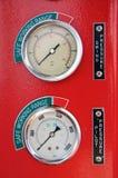 Μετρητές ή μετρητής στην καμπίνα γερανών για το μέγιστο φορτίο μέτρου, την ταχύτητα μηχανών, την υδραυλική πίεση, τη θερμοκρασία  Στοκ Εικόνα