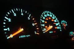 Μετρητές αυτοκινήτων τη νύχτα. Στοκ Εικόνες