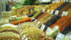 Μετρητές των ξηρών καρπών στην αγορά τρόφιμα υγιή Οι ξηροί καρποί στα κιβώτια κλείνουν επάνω Η αγορά στη Ρωσία απόθεμα βίντεο