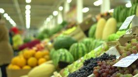 Μετρητές των φρούτων στην αγορά τρόφιμα υγιή στενά σταφύλια επάνω φρούτα και λαχανικά pov αγοράς φιλμ μικρού μήκους