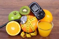 Μετρητής γλυκόζης για το επίπεδο, το στηθοσκόπιο, τα φρούτα, το χυμό και το εκατοστόμετρο ζάχαρης Στοκ Εικόνες