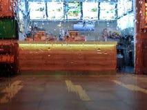 Μετρητής γρήγορου φαγητού μέσω του υγρού γυαλιού Στοκ Φωτογραφία