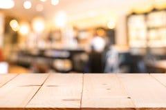 Μετρητής επιτραπέζιων κορυφών με τους θολωμένους ανθρώπους στο backgro καφέδων εστιατορίων στοκ εικόνα