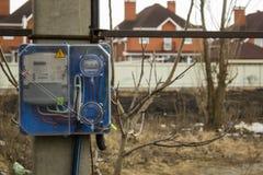 Μετρητής ηλεκτρικής ενέργειας για την υπαίθρια συσκευή χρήσης, σύγχρονη τεχνολογία για να ελέγξει το home& x27 ηλεκτρική κατανάλω στοκ φωτογραφίες
