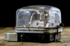 μετρητής ηλεκτρικής ενέρ&gamma Παλαιά ηλεκτρικά εξαρτήματα πίνακας ξύλινος Στοκ Εικόνες