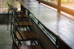 μετρητής και καρέκλα φραγμών στη καφετερία Στοκ φωτογραφία με δικαίωμα ελεύθερης χρήσης
