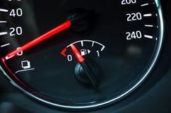 Μετρητής καυσίμων που τοποθετείται στο ταχύμετρο Στοκ εικόνα με δικαίωμα ελεύθερης χρήσης