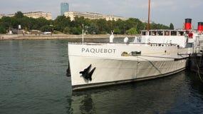 85-μετρητής μακρύ Paquebot στον ποταμό Σηκουάνας στοκ εικόνες
