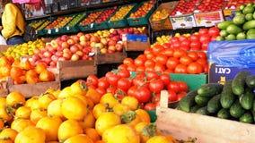 Μετρητής με τα φρούτα και λαχανικά στην αγορά οδών απόθεμα βίντεο