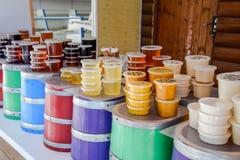 Μετρητής με το μέλι Διαφορετικοί τύποι μελιών στα δοχεία Πώληση του μελιού Στοκ Φωτογραφίες