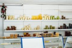 Μετρητής με το μέλι Διαφορετικοί τύποι μελιών στα δοχεία Πώληση του μελιού Στοκ Εικόνες