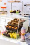 Μετρητής με muffins το κατάστημα ζύμης Στοκ Φωτογραφία