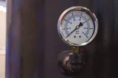 Μετρητής πίεσης/διαμέτρημα που εγκαθίσταται σε μια μηχανή στοκ φωτογραφίες