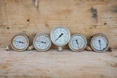 Μετρητής πίεσης με το ξύλινο υπόβαθρο Στοκ Εικόνες