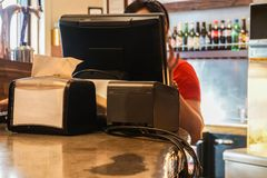 Μετρητής ταμιών με τον υπολογιστή για την τιμολόγηση στο εστιατόριο γρήγορου φαγητού στοκ φωτογραφία με δικαίωμα ελεύθερης χρήσης
