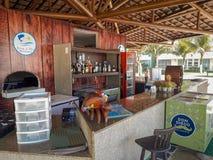 Μετρητής φραγμών και γραφείο στο επίπεδο θέρετρο, Πόρτο de Galinhas, Βραζιλία στοκ εικόνες