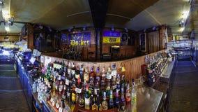 Μετρητής φραγμών με το οινόπνευμα στο μπαρ στοκ φωτογραφία