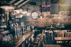 Μετρητής φραγμών στο μπαρ στοκ φωτογραφίες