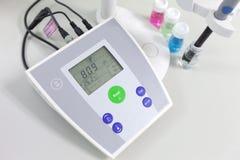μετρητής pH για να μετρήσει την οξύτητα-αλκαλικότητα στοκ εικόνες