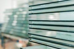Μετριασμένο γυαλί παραθύρων και πορτών που κόβεται στο μέγεθος στοκ φωτογραφία με δικαίωμα ελεύθερης χρήσης