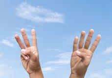Μετρώντας αριθμός τρία και τέσσερα χεριών Στοκ φωτογραφίες με δικαίωμα ελεύθερης χρήσης