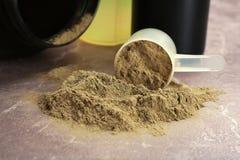 Μετρώντας κουτάλι και πρωτεϊνική σκόνη κάνναβης στοκ φωτογραφίες με δικαίωμα ελεύθερης χρήσης