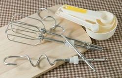 Μετρώντας κουτάλια και μέταλλο που χτυπούν ελαφρά στον ξύλινο πίνακα Στοκ Εικόνες