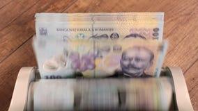 Μετρώντας ρουμανικούς εκατό λογαριασμούς lei - τοπ άποψη απόθεμα βίντεο