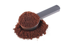 μετρώντας το κουτάλι καφέ με τη σκόνη καφέ που απομονώνεται στο λευκό Στοκ φωτογραφία με δικαίωμα ελεύθερης χρήσης