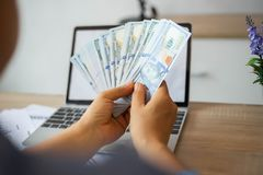 Μετρώντας τραπεζογραμμάτιο δολαρίων επιχειρησιακών ατόμων στοκ εικόνες