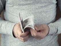 μετρώντας χέρια δολαρίων Στοκ εικόνες με δικαίωμα ελεύθερης χρήσης