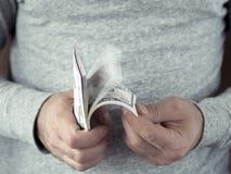 μετρώντας χέρια δολαρίων Στοκ φωτογραφία με δικαίωμα ελεύθερης χρήσης