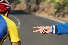 Μετρώντας χέρια στον ποδηλάτη ξεκινήματος Στοκ Εικόνα