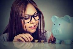 Μετρώντας χρήματα γυναικών που συσσωρεύουν επάνω τα νομίσματα Στοκ φωτογραφίες με δικαίωμα ελεύθερης χρήσης