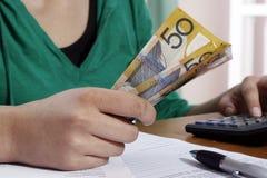 μετρώντας χρήματα κοριτσιώ στοκ εικόνες