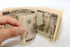Μετρώντας χρήματα χεριών, ιαπωνική σημείωση νομίσματος, ιαπωνικά γεν στο άσπρο υπόβαθρο Στοκ Φωτογραφίες