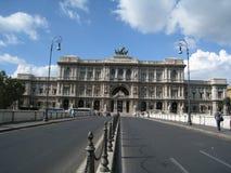 Μετωπική άποψη του παλατιού της δικαιοσύνης στη Ρώμη από τη γέφυρα Στοκ Εικόνες