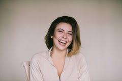 Μετωπικό πορτρέτο μιας όμορφης χαρούμενης γυναίκας, γελώντας όμορφες γυναίκες Στοκ φωτογραφία με δικαίωμα ελεύθερης χρήσης