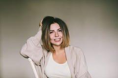 Μετωπικό πορτρέτο μιας όμορφης χαρούμενης γυναίκας, γελώντας όμορφες γυναίκες Στοκ φωτογραφίες με δικαίωμα ελεύθερης χρήσης